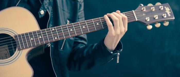 Gitarrengriffe am Hals der Gitarre