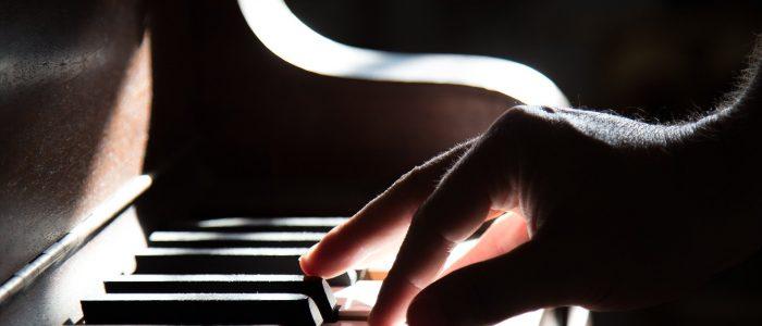 Finger auf den Tasten des Klavieres