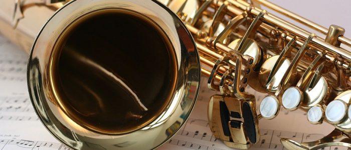 Saxophon liegt auf Notenblättern